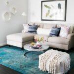 картина над диваном и ковер