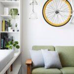 велосипед над диваном