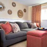 круглые украшения над диваном