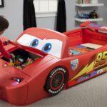 детская кровать-машина с глазами