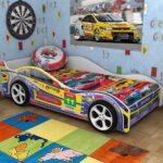 детская кровать-машина цветастая