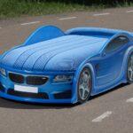 детская кровать-машина синяя на дороге