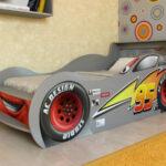 детская кровать-машина с большими колесами