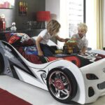 детская кровать-машина с детьми