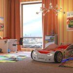 детская кровать-машина в комнате
