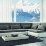 угловой диван возле окна