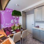 диван на фиолетовой кухне