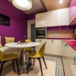 фиолетовая кухня с диваном