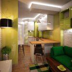 зеленый диван на желтой кухне