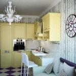 желтая кухня с диваном