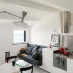 темно-серый диван на кухне