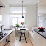 белыый диван встроенной на кухне