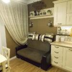 кухня с диваном и шторой