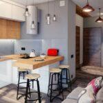 диван с цветными подушками на кухне