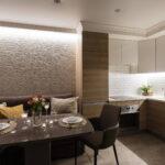 кухня с темным диваном