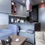 кухня с доской и диваном