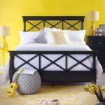 кровать в спальне дерево