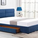 кровать в спальне синяя