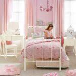 кровать в спальне розовая