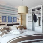 кровать в спальне полоска