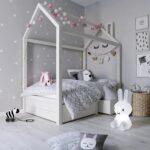 кровать в спальне для малыша