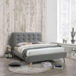 кровать в спальне серая