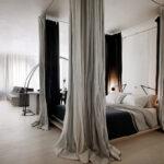 кровать в спальне с балдахином