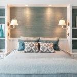 кровать в спальне с подушками