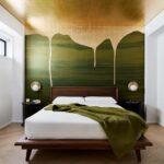 кровать в спальне зелень