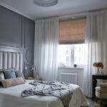 кровать в спальне с накидкой