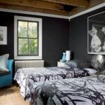 кровать в спальне уютная