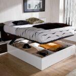 кровать в спальне с ящиком