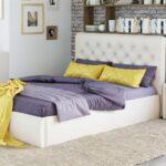 кровать в спальне в квартире