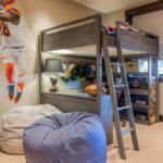 кровать в спальне двухъярусная