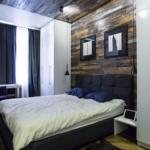 кровать в спальне темная