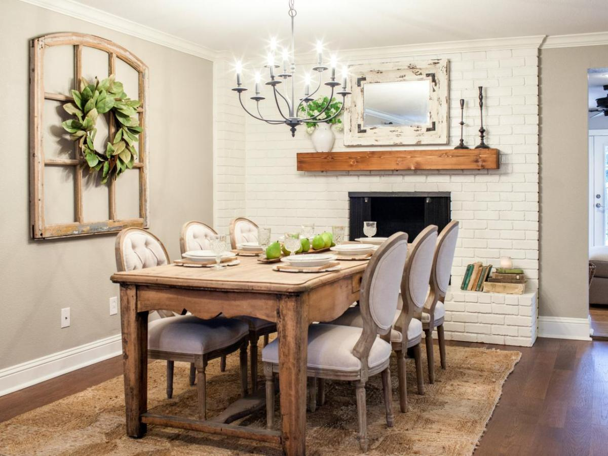 оформление стены возле стола на кухне