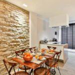 стена возле стола на кухне дизайн фото