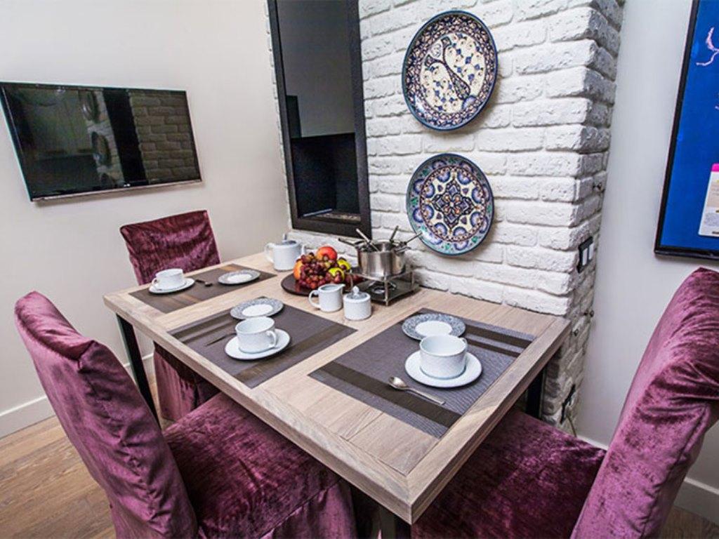 дизайн стены возле стола на кухне кирпич фото