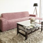 трехместный диван в чехле