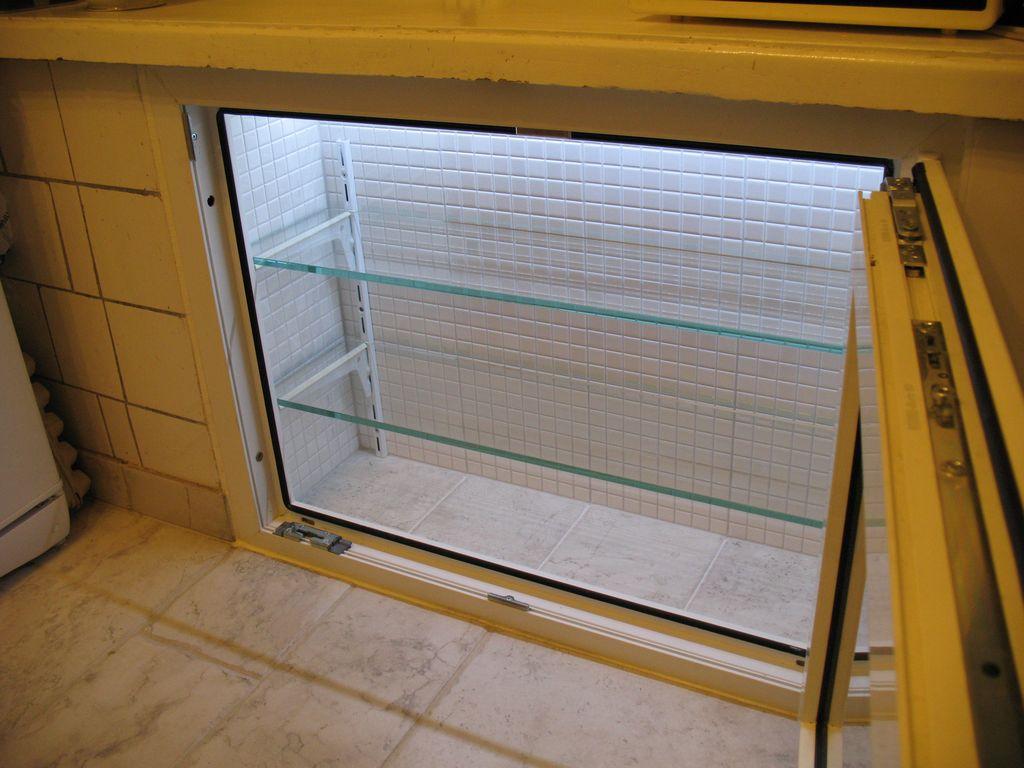 холодильника под окном