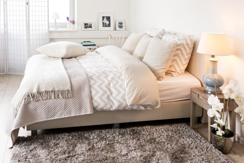 как красиво заправить кровать двуспальную