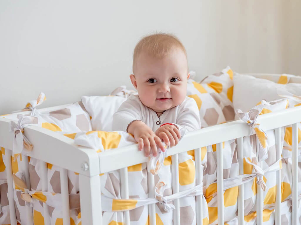 безопасный бортик в кроватку малыша