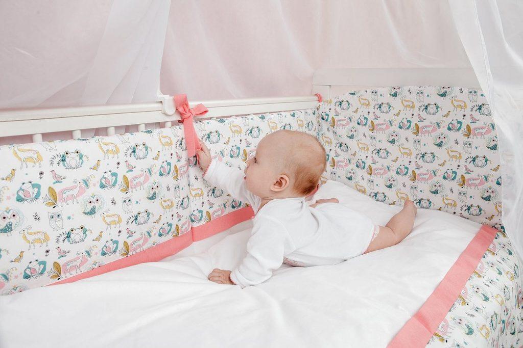 яркие расцветки и красивый дизайн бортика для детской кроватки
