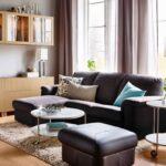 диван с бирюзовой подушкой
