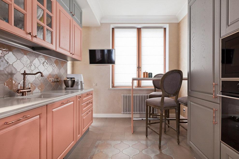 мойка на кухне с высоким смесителем