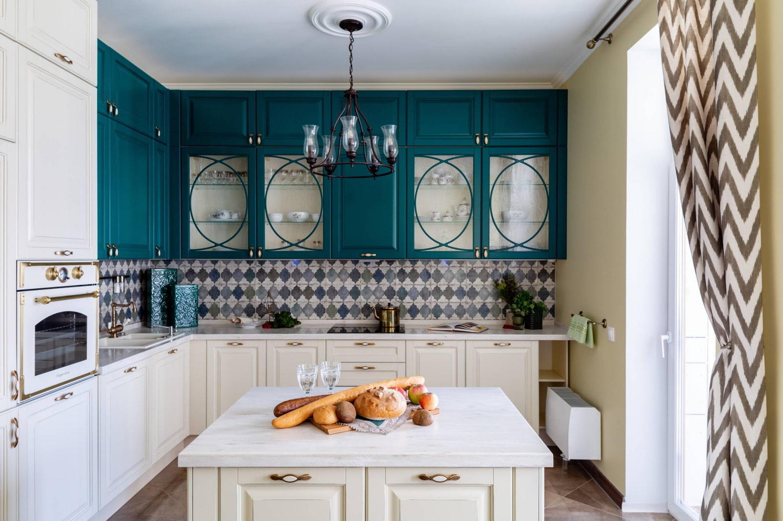 кухонный гарнитур со светлыми фасадами