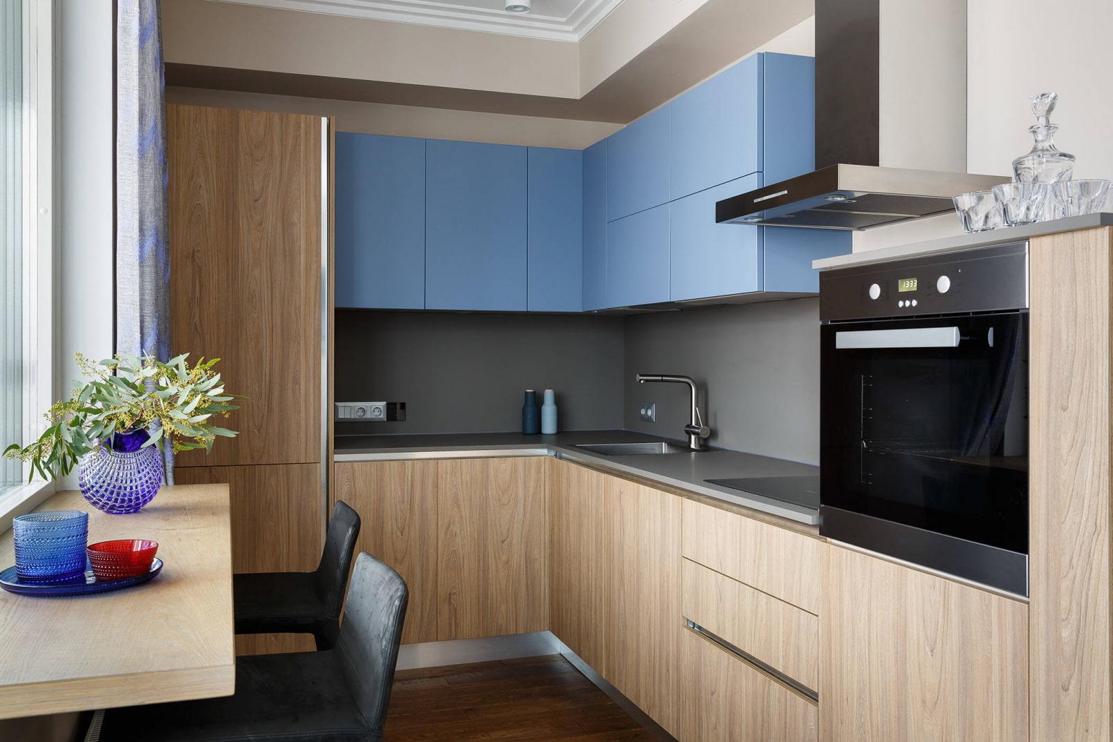 кухонный гарнитур с серой столешницей