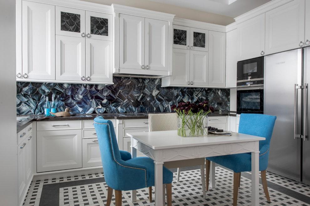 белый кухонный гарнитур со стеклянными вставками