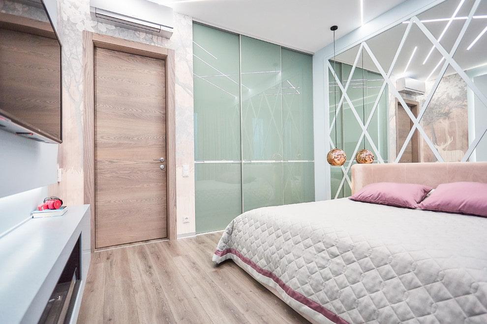 светлый глянцевый шкаф купе в спальне