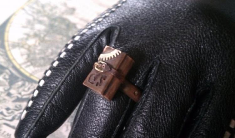 кольца поверх перчаток
